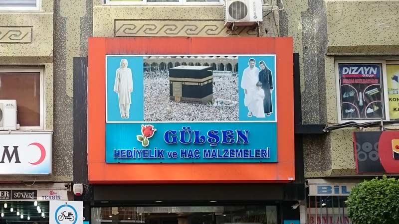 Ich vermute, selbst Ungeübte erkennen recht schnell den Bezug zum Islam.